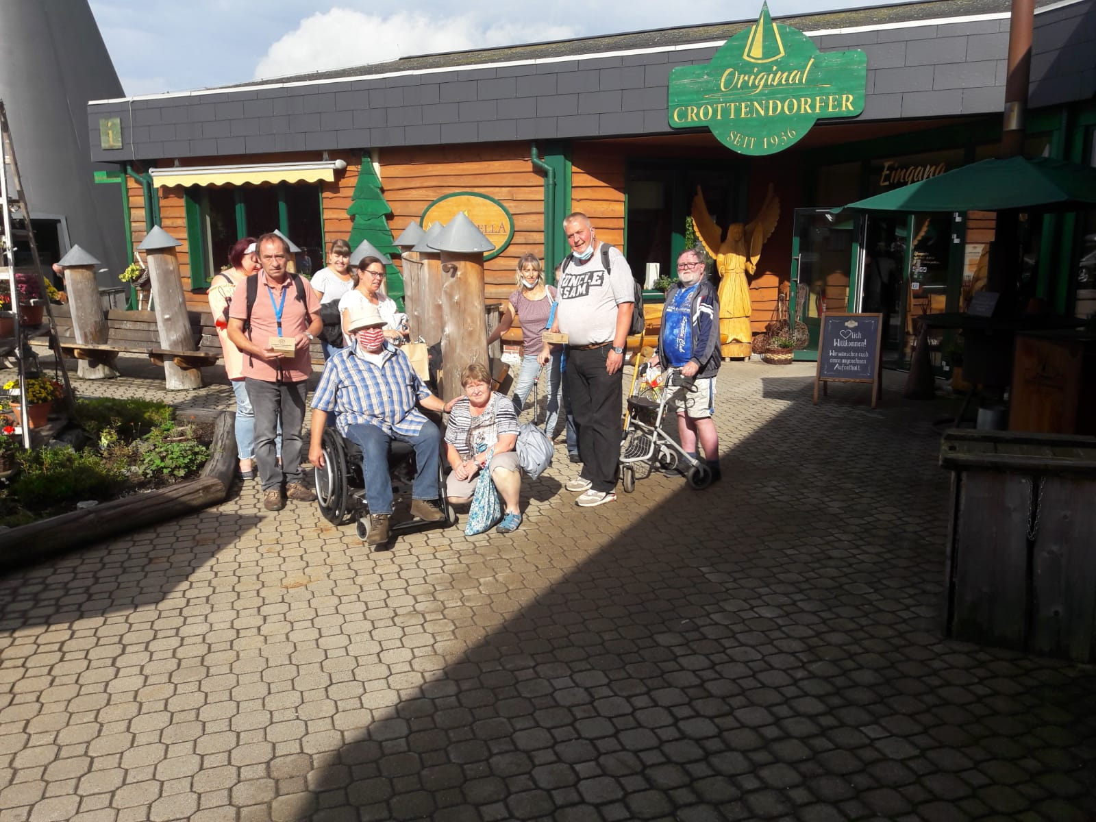 Die Mitglieder der Begegnungsstätte des ABiD Sachsen fuhren mit viel guter Laune ins Land der Räucherkerzen um dort echte Crottendorfer Schwarzarbeit zu leisten.