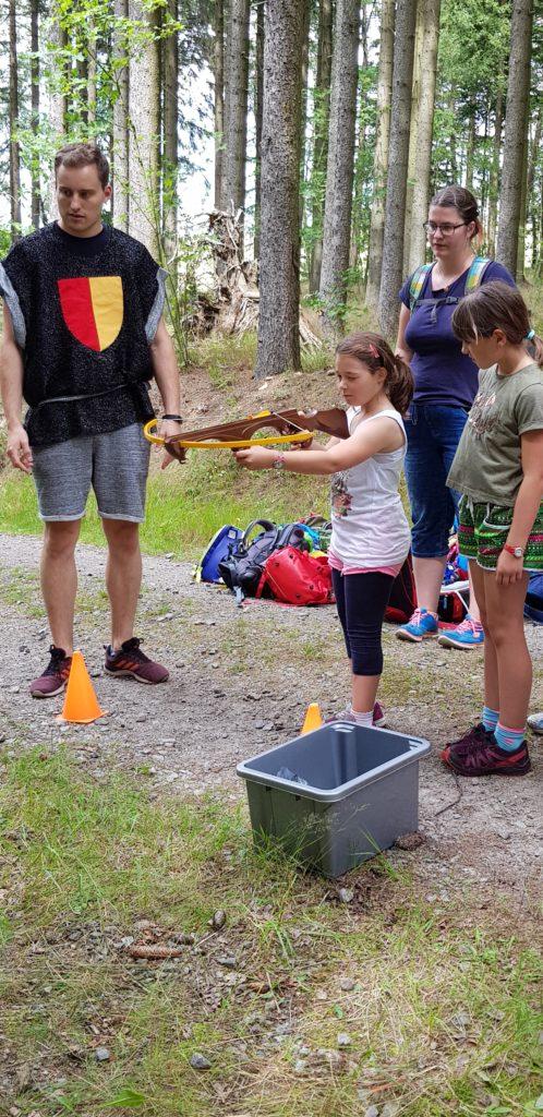 Am 20.07.2020 war es soweit. Endlich Sommerferien für die KInder des Hort Pobershau. Das Bild zeigt ein Mädchen bein schießen mit der Armbrust.