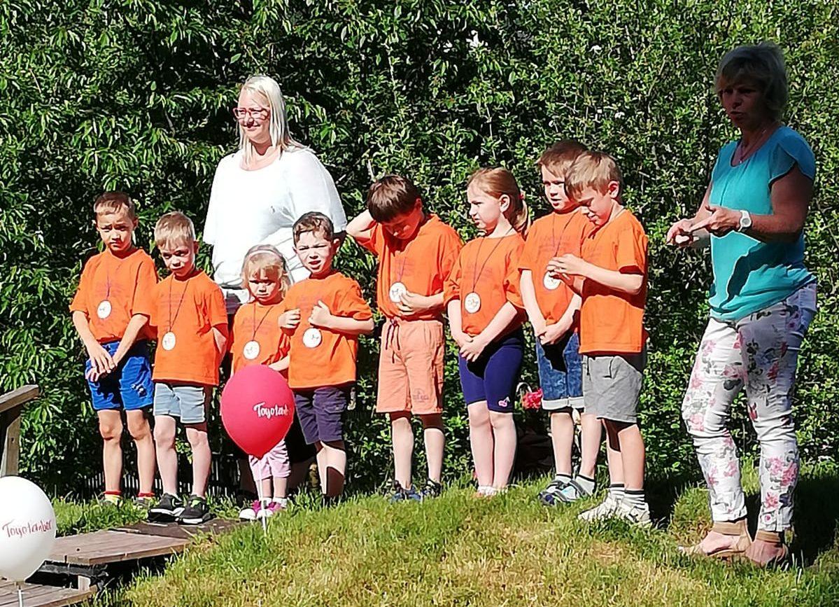 Am 18.06.2021 war es so weit. Unsere Schuleulen luden alle Kinder der Einrichtung zum Zuckertütenfest ein. Die ABC Schützen führten ein schönes Programm vor, bestehend aus Liedern und Gedichten.